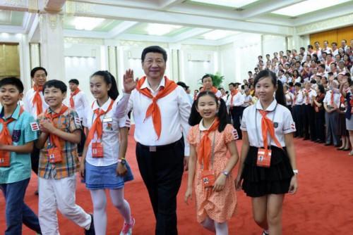 2015年6月1日,习近平在北京人民大会堂亲切会见中国少年先锋队第七次全国代表大会全体代表。新华社记者王晔摄