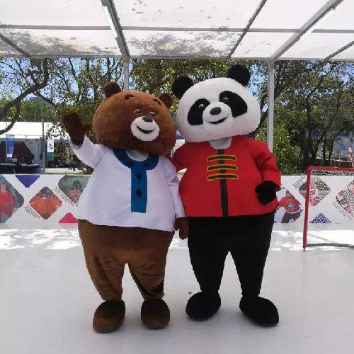 """第四届东方经济论坛配套展示项目远东风采街上,可爱的""""中国熊猫""""和""""俄罗斯棕熊""""一起打冰球。图片来源:新华社"""