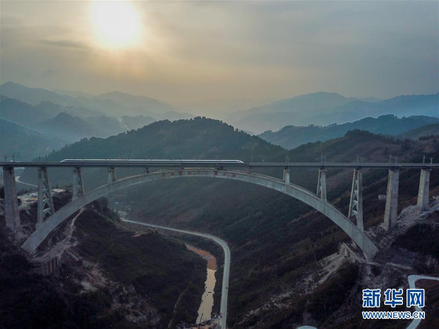(新华全媒头条·图文互动)(1)从万桥飞架看中国奋斗——在贵州高高的山岗上
