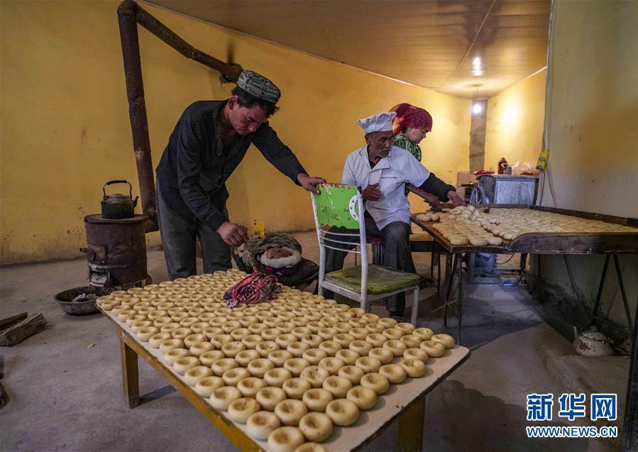 (社会)(2)新疆:小油馕 富农家