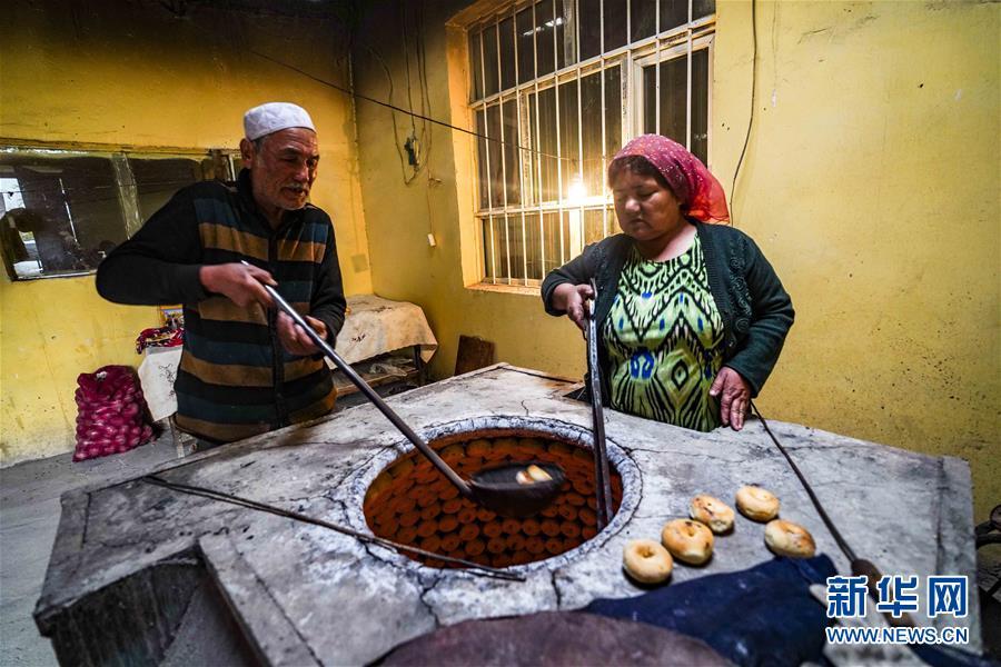 (社会)(4)新疆:小油馕 富农家