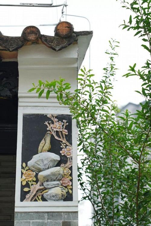 △庭院入口处的浮雕 (央视记者沈忱拍摄)