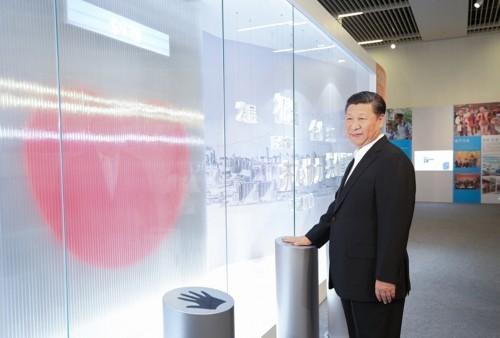 """6月26日,中共中央总书记、国家主席、中央军委主席习近平在国家博物馆参观香港回归祖国20周年成就展。这是习近平按下""""同心圆""""互动装置的触摸板。这个""""同心圆""""互动装置代表着香港同胞和内地同胞齐心协力、携手合作,一起为国家发展贡献力量。新华社记者 姚大伟 摄"""