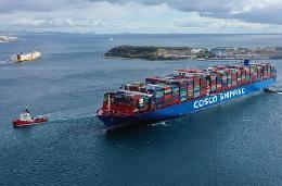 (国际·图文互动)(5)中国超大型集装箱货轮抵达希腊比港