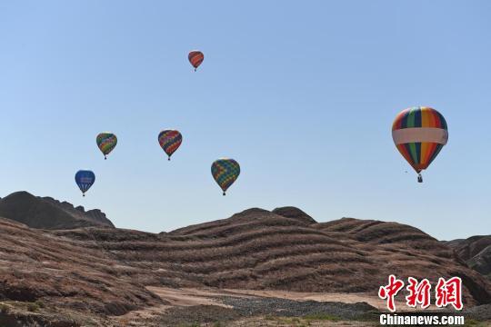 """甘肃张掖七彩丹霞""""牵手""""热气球 游客众览""""彩虹山"""""""