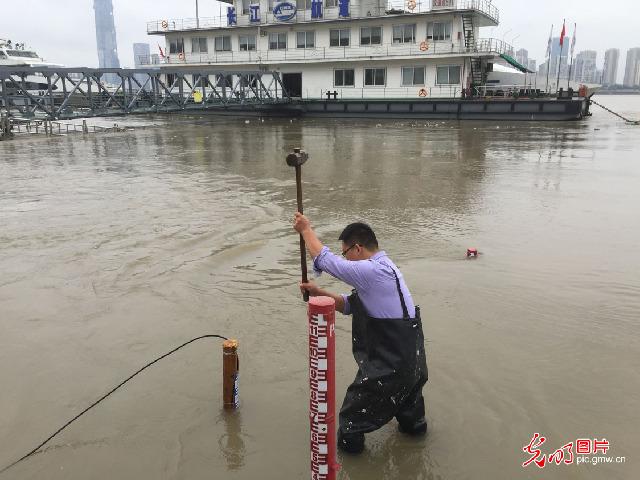 """【中国梦·大国工匠篇】""""80后""""水文人罗兴 守护一江清水向东流"""