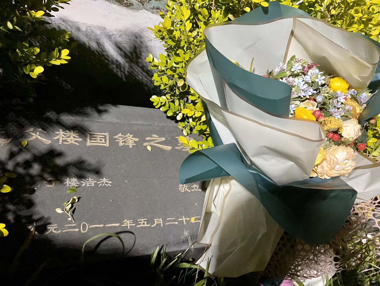 楼威辰父亲的墓前。
