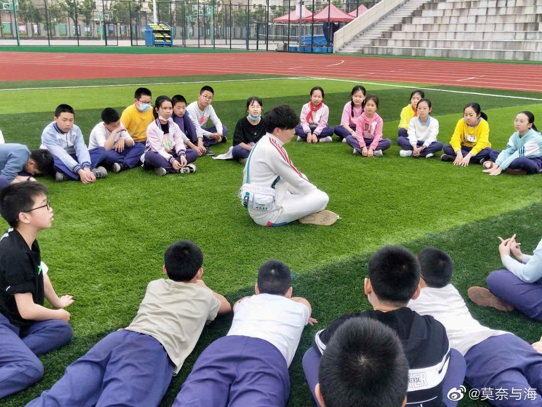 楼威辰与孩子们分享在武汉的故事。 楼威辰微博图