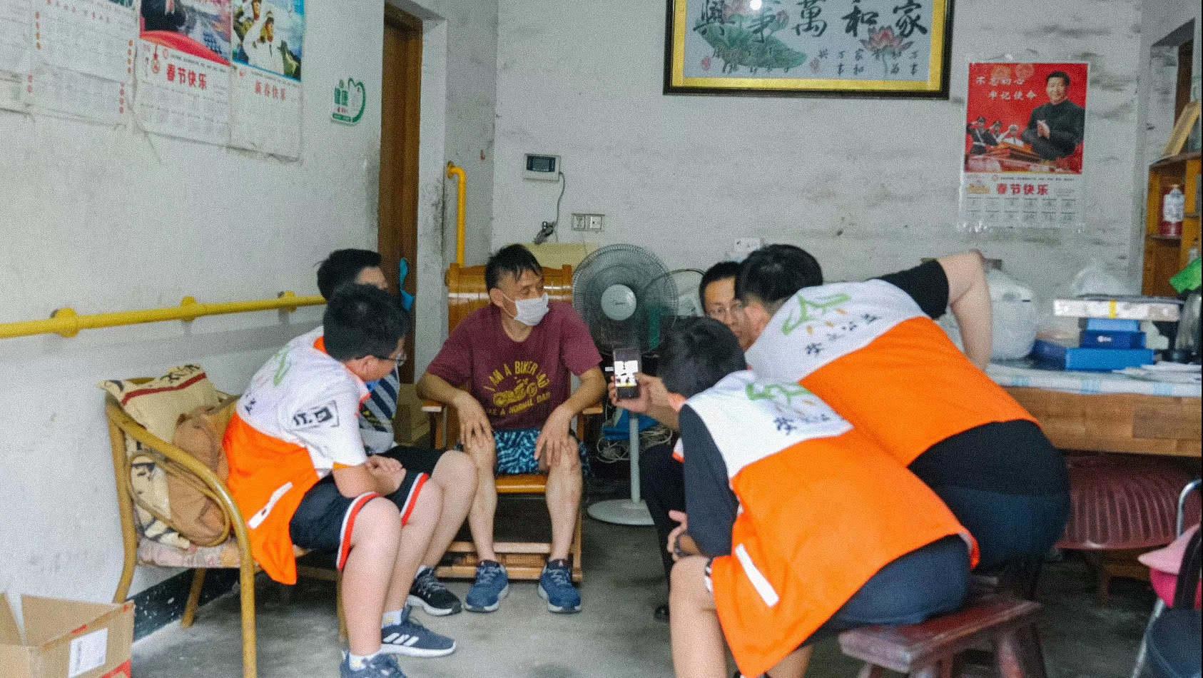 萤火公益组织志愿者慰问马兰基地老兵。