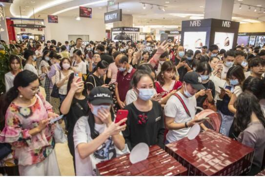 """▲第二届海南离岛免税年终盛典启动,吸引大批消费者前往抢购,全场爆满排起""""长龙""""。图片来源:视觉中国"""