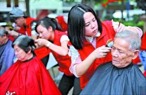 社区志愿者为老人免费剪发。广报记者邱伟荣摄