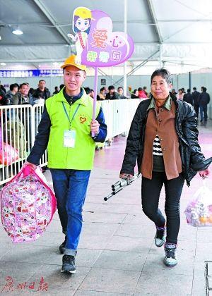 """今年春运,志愿者在广州火车站组建""""爱心帮帮团""""。广报记者乔军伟摄"""