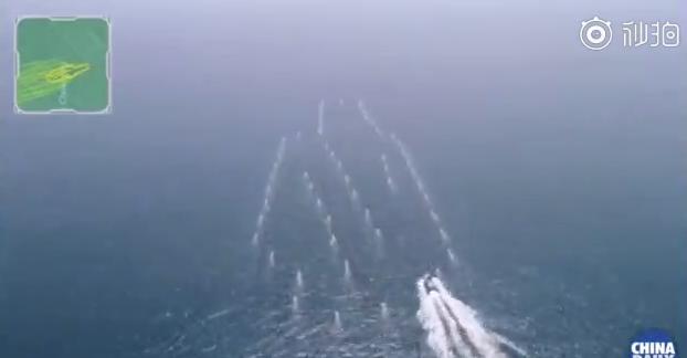 图为无人艇集群队形闪现航母造型。(来源:中国日报视频截图)