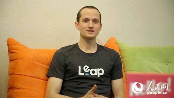 Leap.ai公司用户运营经理刘冠森(Alex Witt)接受人民网采访。