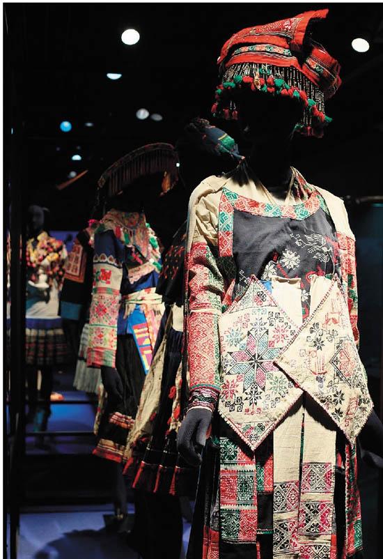 """中国丝绸博物馆""""霓裳银装——贵州苗族服饰艺术展""""现场"""