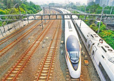 """7月1日,G7次列车驶出北京南站,驶往上海。当日,全国铁路实行新的列车运行图,长编组的""""复兴号""""动车组列车首次在京沪高铁上线运行。 新华社记者 邢广利摄"""