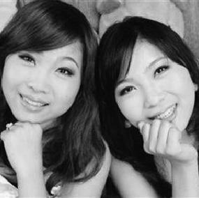 笑靨如花的姐妹倆