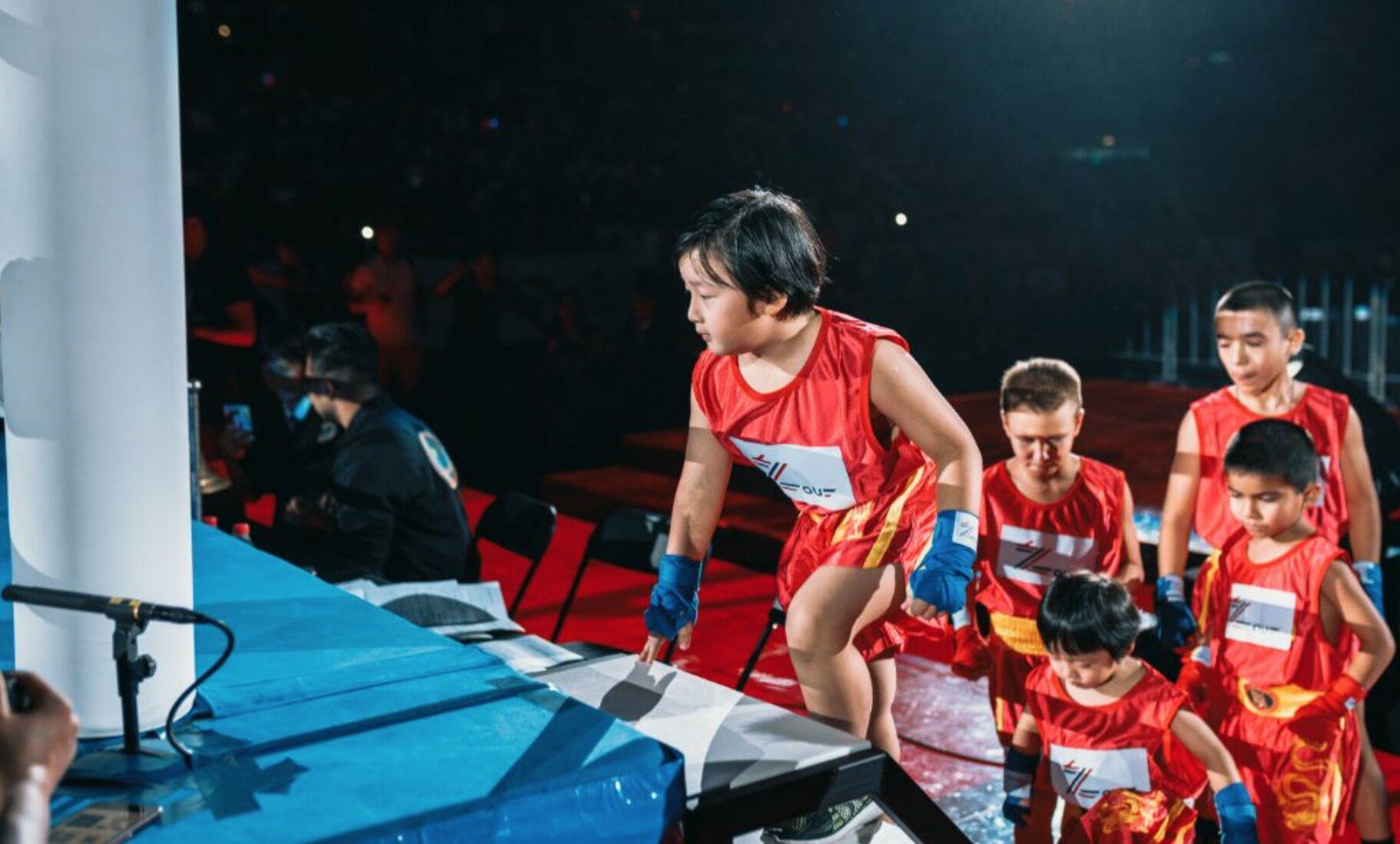 7月28日,邹市明儿子轩轩在赛前准备表演.-邹市明被日本拳手击倒痛图片