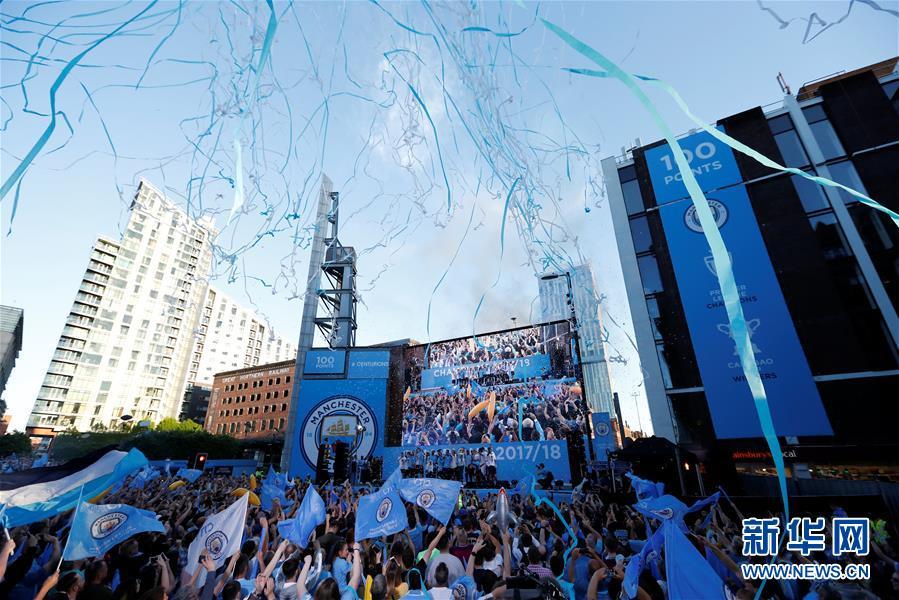 (体育)(1)足球——曼城队庆祝英超夺冠