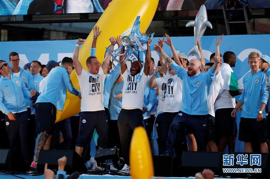 (体育)(2)足球——曼城队庆祝英超夺冠
