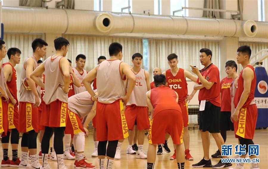 (体育)(3)篮球——中国男篮红队举行公开训练课