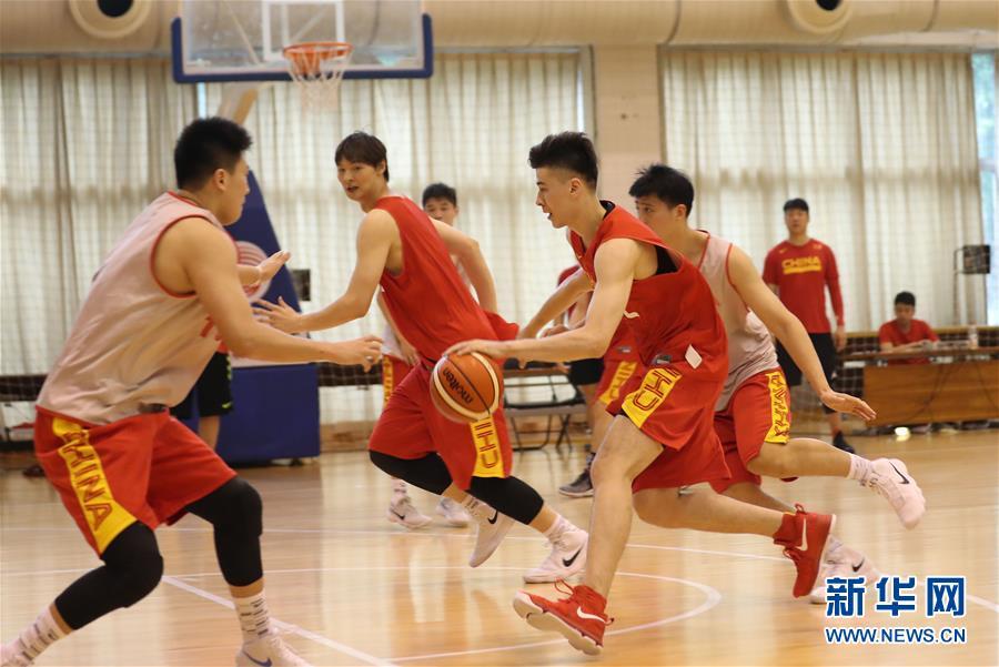 (体育)(4)篮球——中国男篮红队举行公开训练课