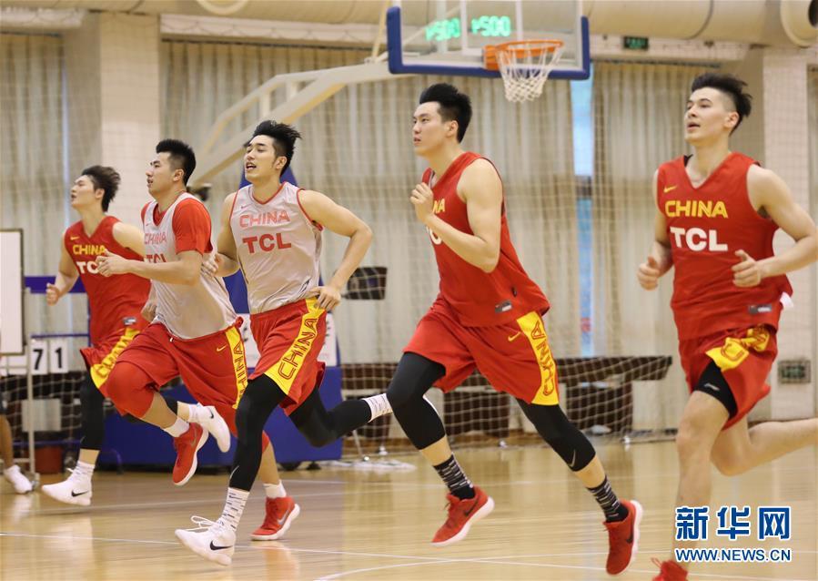 (体育)(9)篮球——中国男篮红队举行公开训练课