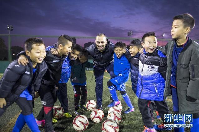 """(新华全媒头条·图文互动)(14)中国足球要有""""坐冷板凳""""的定力——世界杯启示录"""