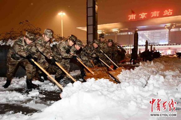 兵在南京南站北广场扫雪除冰.于同化/摄-东部战区科学指挥万余官图片