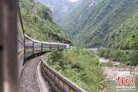 运行在川黔线上的5629次慢火车正在途径西南山区特有的大曲线.