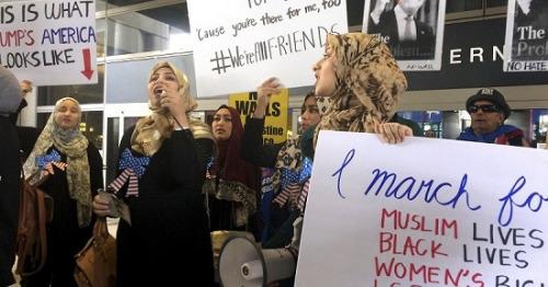 资料图:民众2月4日聚集在洛杉矶国际机场,抗议特朗普签署的第一版旅行禁令。